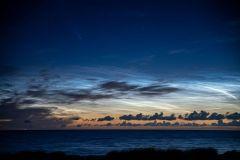 Nachtleuchtende Wolken und Komet Neowise im Sommer 2020 über der Kieler Förde (Foto: Bernd-Günter Schmitz)