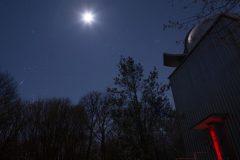 Mond und Wintersternbilder über dem Albert-Schäfer-Turm (Foto: Norbert Mrozek)